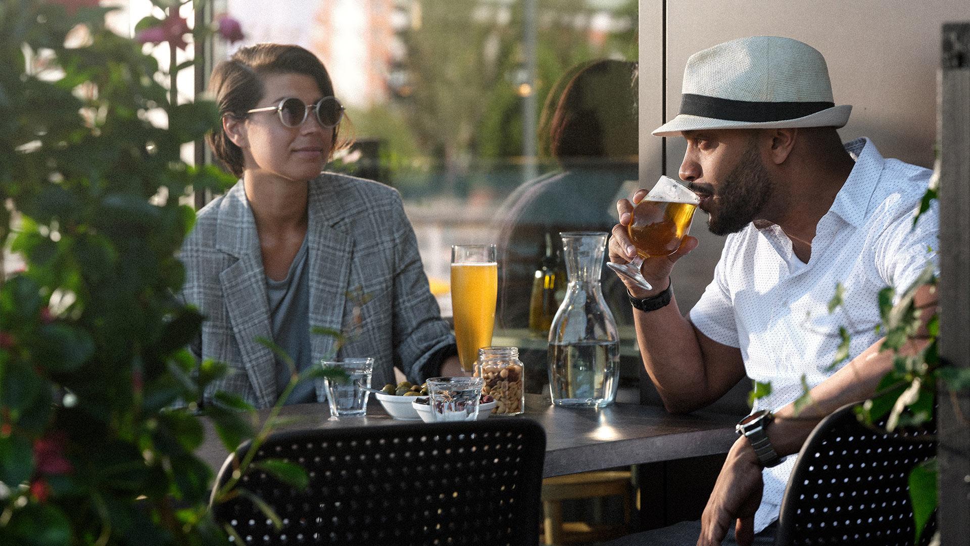 Dricker öl på restaurang